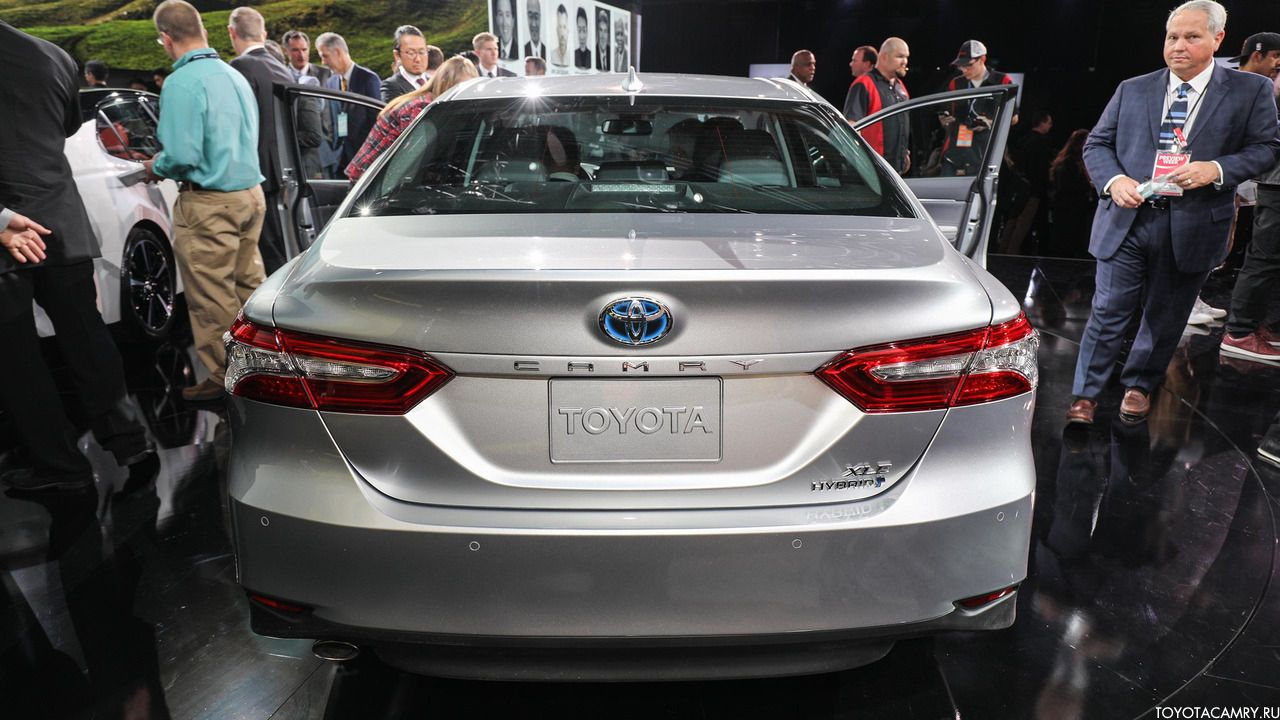 Toyota Camry 2018 гибрид вид сзади